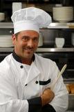 Glimlachende chef-kok met lepel royalty-vrije stock foto's
