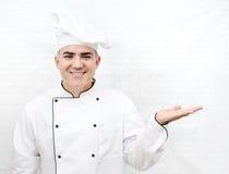 Glimlachende chef-kok in witte eenvormig Stock Afbeeldingen