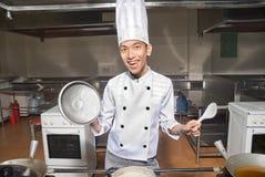 Glimlachende Chinese kok in keuken Stock Foto's