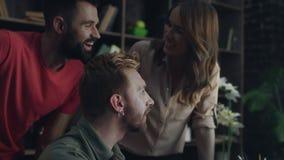 Glimlachende collega's die en nieuw bedrijfsproject spreken bespreken stock video