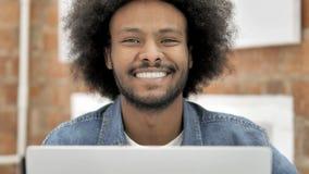Glimlachende Creatieve Mens, Frontaal Weergeven stock footage