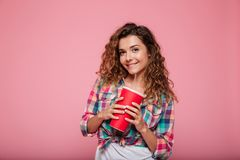 Glimlachende dame die in 3d glazen kola drinken die over roze wordt geïsoleerd Stock Foto's