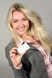 Glimlachende dame die lege kaart houdt stock afbeelding