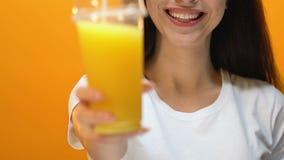 Glimlachende dame die vers sap, gezonde levensstijl, vitaminen en energie voorstellen stock videobeelden