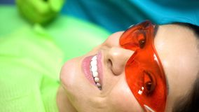 Glimlachende dame tevreden met tandartsprofessionalisme, tandheelkunde voor afgebroken tand stock foto