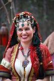 Glimlachende Dame in Zigeunerkostuum bij Middeleeuwse Markt stock fotografie