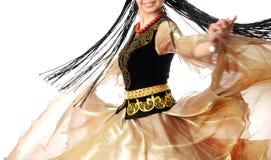 Glimlachende danser in motie met lang haar royalty-vrije stock afbeelding