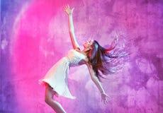 Glimlachende danser op de dansvloer Stock Afbeelding
