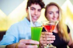 Glimlachende de cocktailglazen van de paarholding Stock Foto's