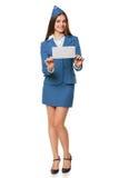 Glimlachende de holdingsenvelop van de stewardessvrouw Postbrief, de leveringsdienst of luchtpost Stock Foto's