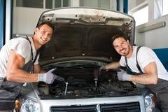 Glimlachende de reparatieauto van het werktuigkundigensucces Stock Fotografie