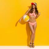 Glimlachende de Zomervrouw in Roze Swimwear Royalty-vrije Stock Foto