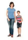 Glimlachende die moeder en zoon op wit wordt geïsoleerd Royalty-vrije Stock Foto's