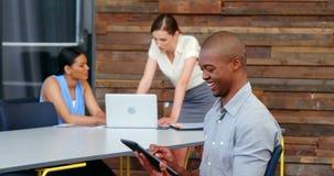 Glimlachende directeur die digitale tablet gebruiken stock footage