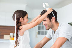 Glimlachende dochter die vlinderhoofdband dragen aan vader Stock Fotografie