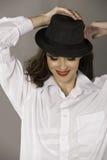Glimlachende donkerbruine vrouw met hoed en rode lippen Stock Fotografie