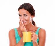 Glimlachende donkerbruine vrouw met koffiemok Royalty-vrije Stock Foto's