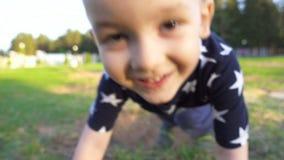 Glimlachende drie éénjarigenjongen die camera bekijken stock videobeelden