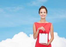 Glimlachende elegante vrouw in kleding met het winkelen zak Stock Foto's