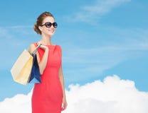 Glimlachende elegante vrouw in kleding met het winkelen zakken Royalty-vrije Stock Foto