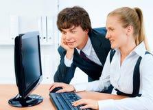 Glimlachende en jonge bedrijfsmensen Stock Fotografie