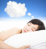Glimlachende en slaperige vrouw Royalty-vrije Stock Afbeeldingen