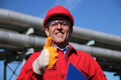 Glimlachende Fabrieksarbeider die Duim opgeeft royalty-vrije stock afbeeldingen