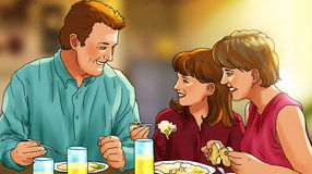 Glimlachende familie bij diner Stock Afbeeldingen