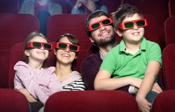 Glimlachende familie in de bioscoop Royalty-vrije Stock Afbeelding