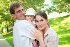 Glimlachende familie met een baby royalty-vrije stock foto