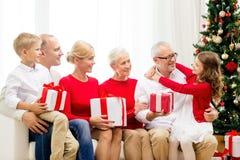 Glimlachende familie met giften thuis Royalty-vrije Stock Foto's