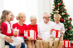 Glimlachende familie met giften thuis Stock Foto