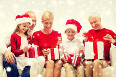 Glimlachende familie met giften thuis royalty-vrije stock afbeelding