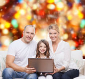 Glimlachende familie met laptop Stock Afbeelding