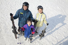 Glimlachende Familie met Ski Gear in Ski Resort Royalty-vrije Stock Foto's