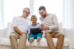 Glimlachende familie met tabletpc thuis Royalty-vrije Stock Afbeeldingen