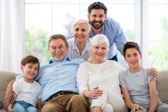 Glimlachende familie op bank Royalty-vrije Stock Fotografie