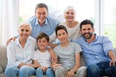 Glimlachende familie op bank Royalty-vrije Stock Foto