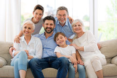 Glimlachende familie op bank Royalty-vrije Stock Foto's
