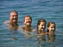 Glimlachende familie in overzees Royalty-vrije Stock Foto