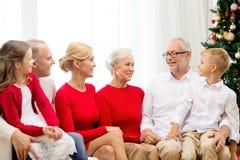 Glimlachende familie thuis Royalty-vrije Stock Afbeeldingen