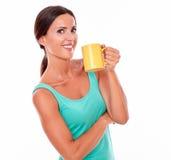 Glimlachende gelukkige donkerbruine vrouw met koffiemok Royalty-vrije Stock Foto