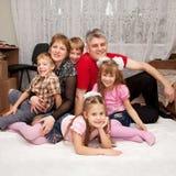 Glimlachende gelukkige grote familie thuis. Stock Afbeelding