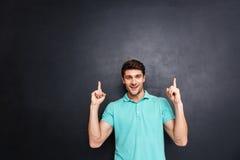 Glimlachende gelukkige jonge mens die met beide handen benadrukken Royalty-vrije Stock Afbeelding