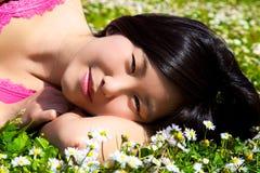 Glimlachende gelukkige leuke Aziatische vrouw in de lente royalty-vrije stock afbeelding