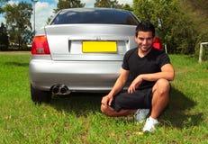 Glimlachende gelukkige mens naast auto Stock Afbeeldingen