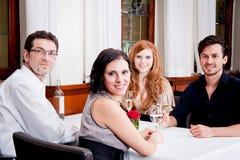 Glimlachende gelukkige mensen in restaurant Stock Afbeeldingen