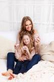 Glimlachende gelukkige moeder en daugther samen royalty-vrije stock fotografie
