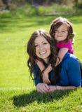 Glimlachende Gelukkige Moeder en dochter Stock Foto's