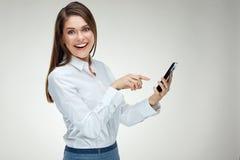 Glimlachende gelukkige onderneemster die slimme telefoon met behulp van Stock Fotografie